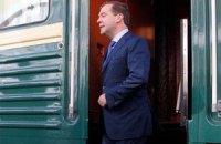 Медведев, в ходе рабочего визита, сошел с поезда попить квас