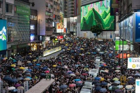 Полиция применила резиновые пули против толпы митингующих в Гонконге (обновлено)