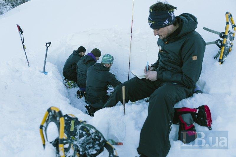 Рятувальники досліджують лавинну небезпеку на г. Високий Верх