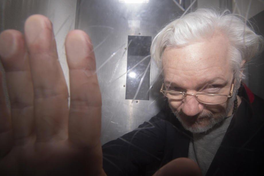 Основатель Wikileaks Джулиан Ассанж покидает Вестминстерский магистратский суд в Лондоне, 13 января 2020 года.