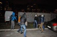 В Киеве на Позняках драка между местными жителями и милицией, сносят строительный забор (ДОБАВЛЕНЫ ФОТО)
