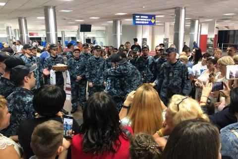 Воронченко наградил освобожденных моряков орденами и очередными воинскими званиями