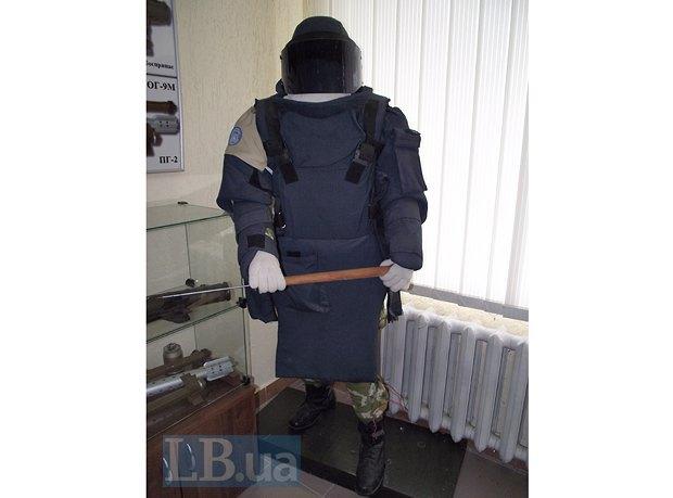 Подобный костюм может весить от 16 до 23 кг