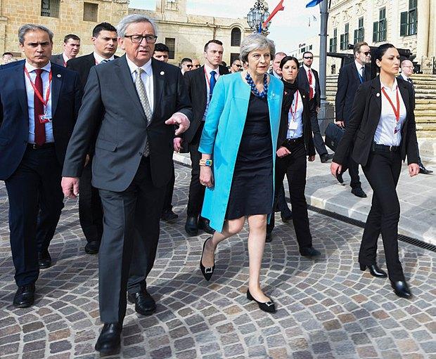 Председатель Комиссии ЕС Жан-Клод Юнкер (второй слева) и премьер-министр Великобритании Тереза Мэй во время неформальной встречи глав государств ЕС на Мальте, 3 февраля 2017.