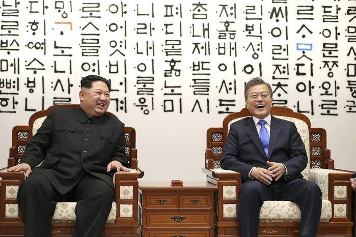 Президент Республики Корея Мун Чжэ Ином и северокорейский лидер Ким Чен Ын во время встречи