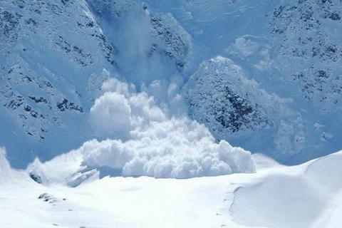 На Закарпатье снежная лавина перекрыла трассу Мукачево - Львов