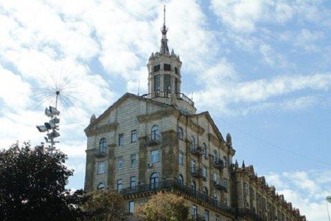 В Киеве со здания на Крещатике демонтировали гигантский флагшток