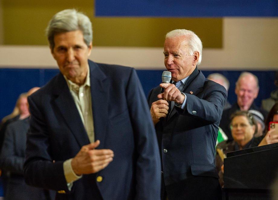 Джо Байден благодарит бывшего госсекретаря США Джона Керри за поддержку во время предвыборного мероприятия в Нашуа, штат Нью-Гэмпшир, США, 8 декабря 2019