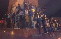 В Харькове активисты установили крест на месте снесенного Ильича