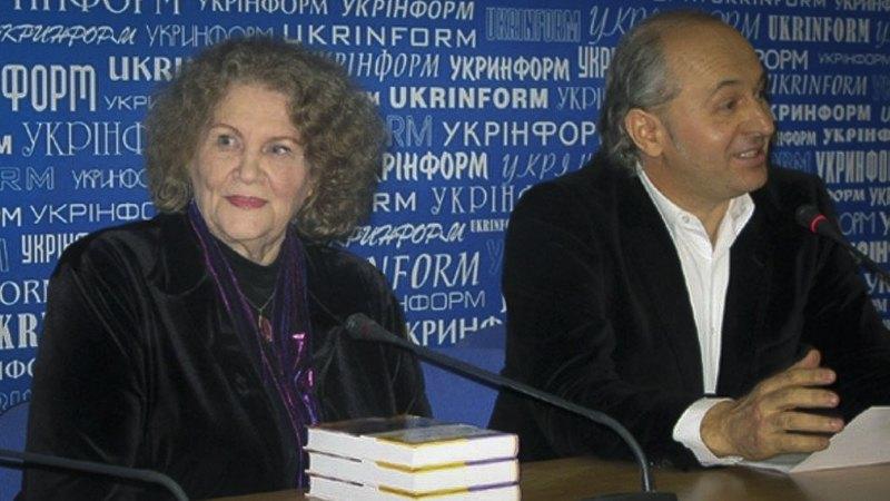 Ліна Костенко та Іван Малкович на презентації 'Записок українського самашедшого', 2010 рік.