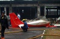 В Индонезии самолет врезался в жилой дом