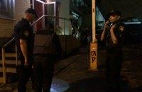 Невідомі влаштували стрілянину біля стрипклубу на Подолі в Києві