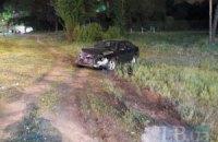 """У Києві біля парку """"Перемога"""" Mazda протаранила відбійник і вилетіла в кювет"""