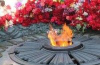 В Киеве снова залили Вечный огонь цементом (добавлено видео)