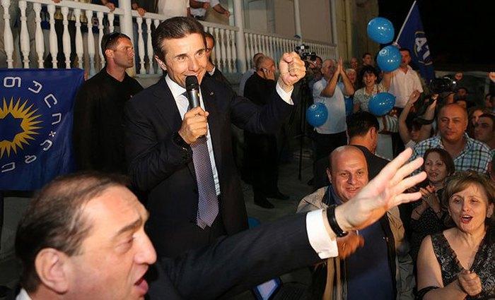 Бидзина Иванишвили, пришедший к власти в 2012 году, радуется победе своей партии на парламентских выборах.