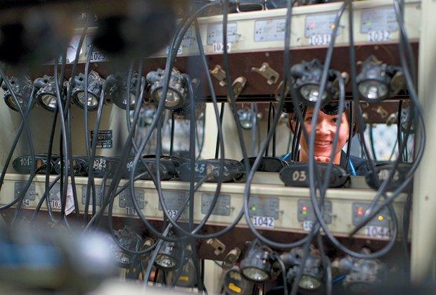 <b>Перед спуском в шахту шахтерам выдают самоспасатели и лампы. Шахта Западно-Донбасская, Павлоградский район, Днепропетровская область</b>. Шахтерская лампа (коногонка) - единственный источник света, шахтеры используют в лаве. До 60-х годов на шахтах использовали ручные бензиновые лампы, которые не только освещали выработки, но и определяли присутствие рудничного газа. Пламя такой лампы было очень слабым. Сейчас у шахтеров индивидуальные аккумуляторные лампы, рассчитанные на 10 часов работы. А за газовую безопасность отвечают специальные чувствительные датчики.
