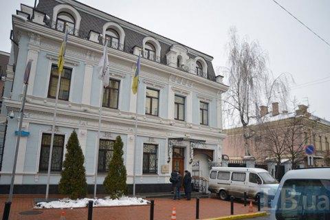 Співробітники СБУ зламали двері в центральному офісі холдингу Новинського