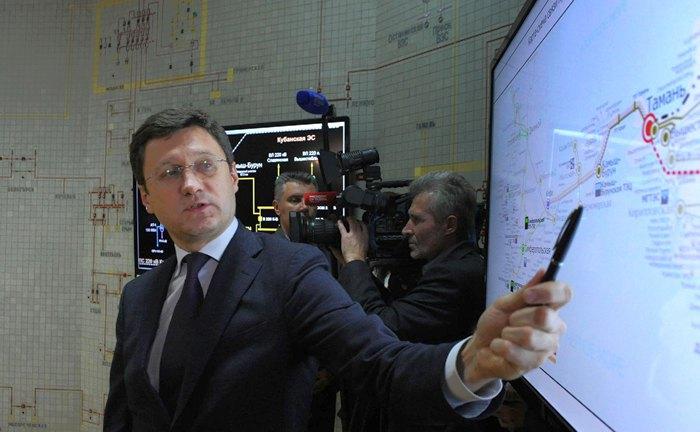 Александр Новак во время визита в Крым