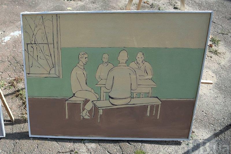 <i>Николай рисует четырех мужчин за пустым столом. За окном деревья, на окнах – решетки. Лица слегка прорисованы</i>.