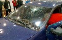 В Харькове водитель протаранил двери гипермаркета и прокатился по залу