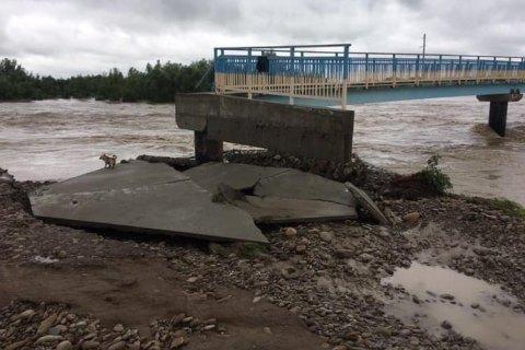 Возле Калуша снова смыло мост, который строили семь лет после прошлого наводнения