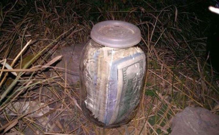Банка з грішми, яку знайшли в городі Миколи Чауса