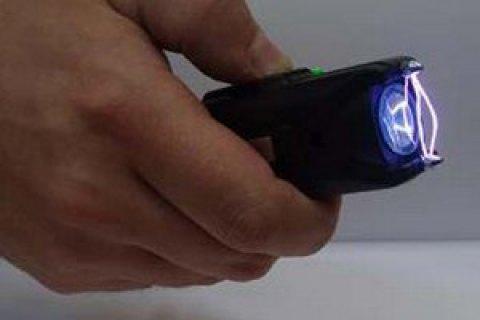 Кабмін пропонує дозволити поліції частіше використовувати електрошокери
