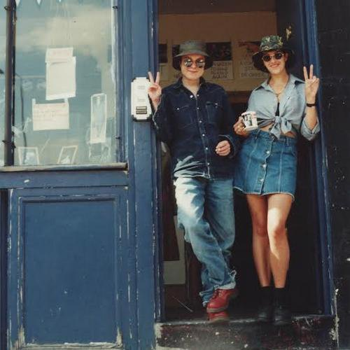 Сара Лукас и Трейси Эмин на пороге The Shop. 1993.