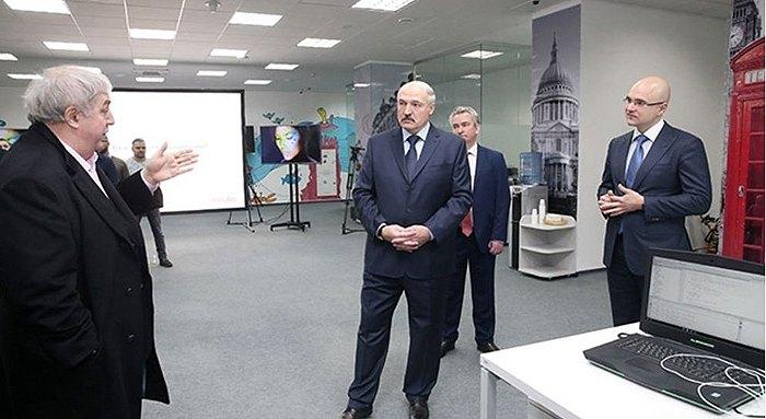 Александр Лукашенко во время визита в одну из самых успешных компаний в IT-секторе в Беларуси