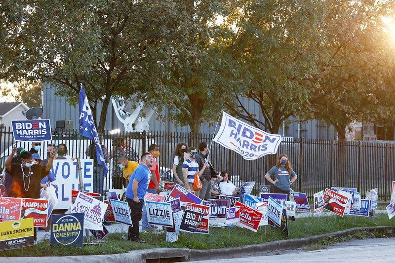 Сторонники Байдена общаются на повышенных тонах со сторонникам Трампа возле избирательного участка в Хьюстоне, штат Техас, США, 3 ноября 2020 г.