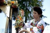 В Пирогово на Маковея по древним традициям плели букеты и ели мед
