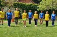 Співробітники посольства Британії сфотографувалися у новій формі збірної України
