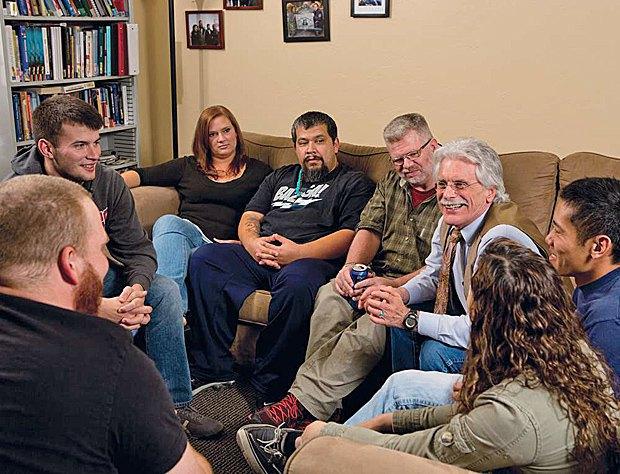 Групповое занятие в центре ветеранов в кампусе штата Аризона.