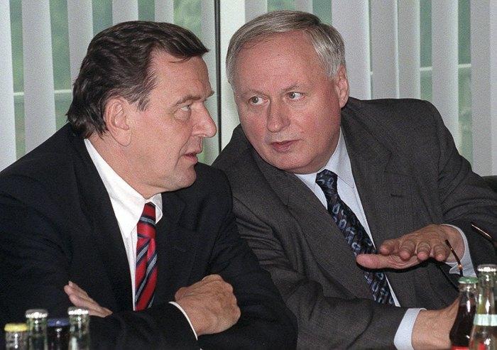 Канцлер Германии Герхард Шредер и лидер Социал-демократической партии Оскар Лафонтен в начале второго раунда официальных коалиционных переговоров с партией «Альянс 90 / Зеленые» в Бонне 07 октября,1998.