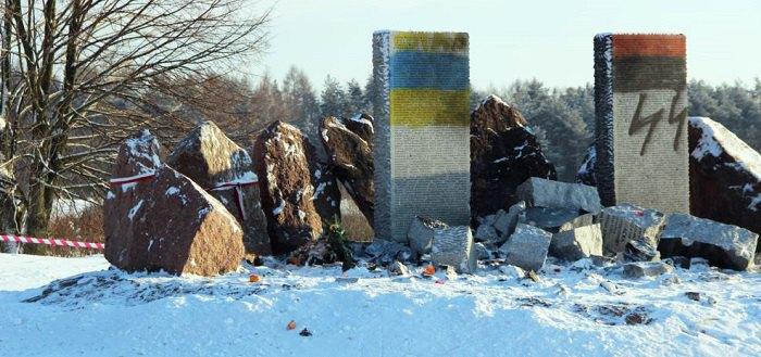 Сплюндрований пам'ятник, січень 2017 року