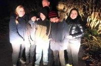 Поліція знайшла трійцю школярів-втікачів з Обухівщини, які зробили схованку в кукурудзяному полі