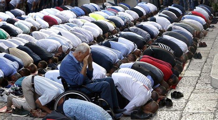 Боснийские мусульмане во время молитвы в главной мечети города, Сараево, Босния и Герцеговина, 11 августа 2019.