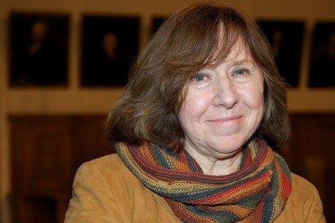 Нобелевский лауреат Алексиевич передала Савченко свои книги