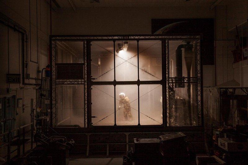 Инженер Пабло де Леон тестирует скафандр в Космическом центре Кеннеди, США. Почва и вентиляторы в этом центре NASA имитируют условия на Марсе.