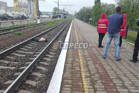 Пассажирский поезд сбил насмерть мужчину в Киеве