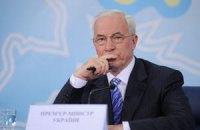 Азаров объяснил плохие дороги дешевым бензином