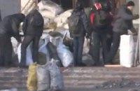 Евромайдановцы затеяли уборку в Украинском доме