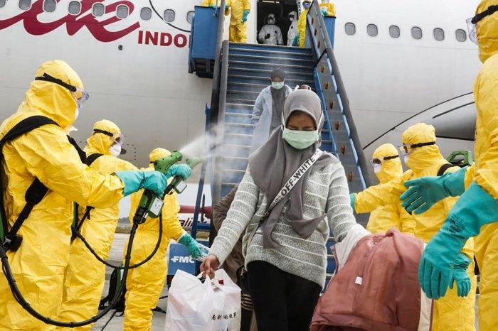 Пасажири, які прибули з Китаю, проходять дезінфекцію в аеропорту Бангкока, Таїланд.