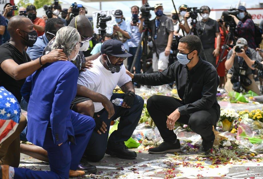 Брат погибшего Джорджа Флойда Терренс Флойд стоит на коленях у импровизированного мемориала своему брату на месте, где он был арестован и умер во время задержания, Миннеаполис, США, 1 июня 2020