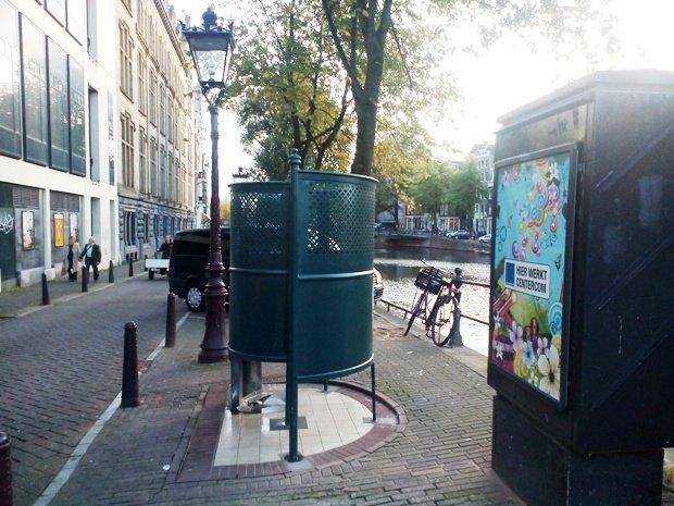 Уличный туалет в Амстердаме - без дверей, зато на каждом углу