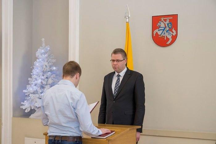 При отриманні паспорта новий громадянин Литви зобов'язаний принести присягу встановленої форми