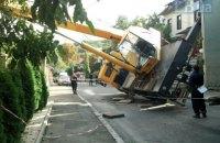 В Киеве на Печерске кран упал на жилой дом