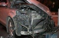 В Киеве внедорожник Lexus отправил Audi Q7 в бетонное ограждение