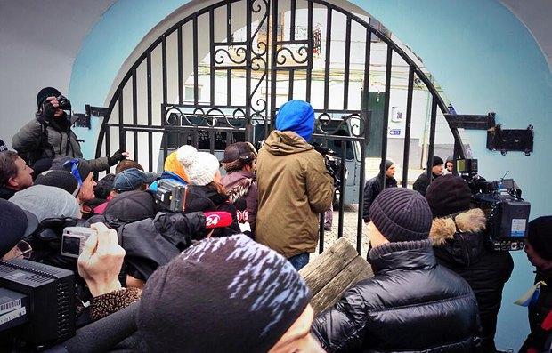 За оградой собора виден автобус силовиков