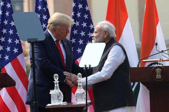 Премьер-министр Индии Нарендра Моди обменивается рукопожатием с президентом США Дональдом Трампом после встречи в Нью-Дели, 25 февраля 2020 .